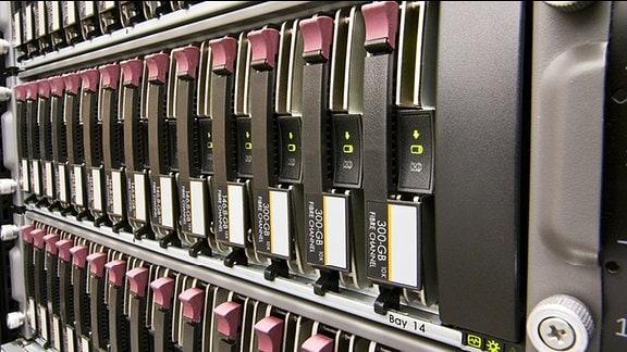 Ein Computer mit mehreren Festplatten.