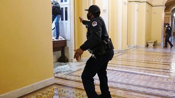 Ein Sicherheitsbeamter im Kapitol setzt Pfefferspray ein
