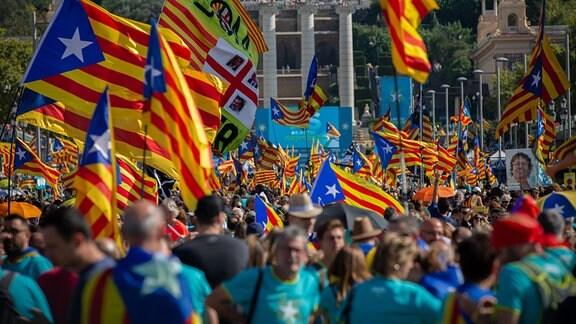 Anhänger der katalanischen Unabhängigkeitsbewegung halten während einer Demonstration anlässlich des Nationalfeiertages von Katalonien Unabhängigkeitsfahnen