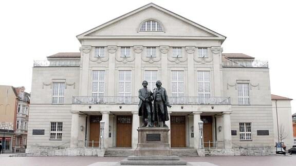 Deutsches Nationaltheater Weimar mit Goethe-Schiller-Denkmahl