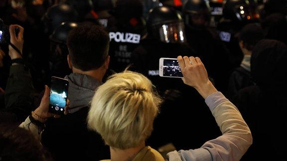 Demonstrierende filmen Polizei