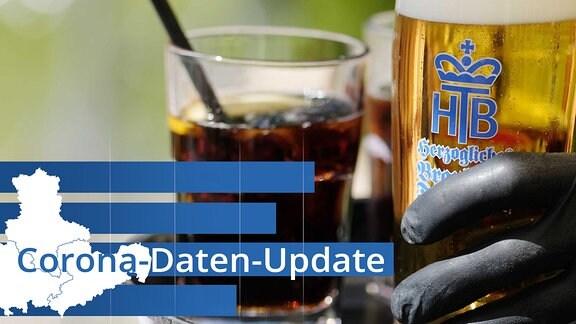 """Ein Kellner arbeitet in einem Biergarten und trägt dabei Gummihandschuhe. Im Vordergrund steht der Schriftzug """"Corona-Daten-Update""""."""