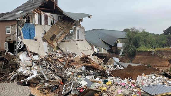 In Erft-Blessem sind zahlreiche Häuser eingestürzt, nachdem das Wasser eine Wohnsiedlung unterspülte.