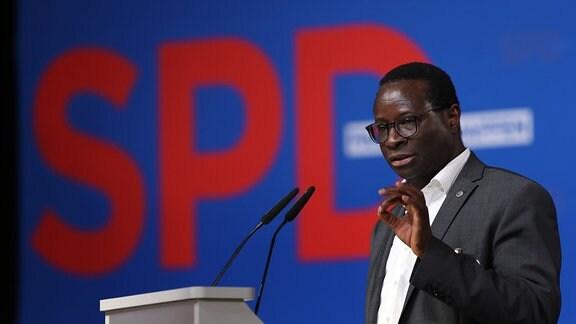 Karamba Diaby, Spitzenkandidat der SPD in Sachsen-Anhalt für die Bundestagswahl, spricht auf dem Landesparteitag in Magdeburg.