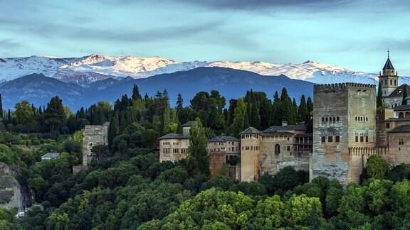 Blick auf die Stadtburg Alhambra in Granada, Spanien