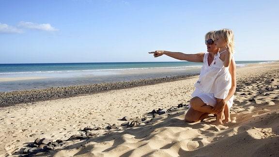 Mutter und Tochter am Strand von Fuerteventura