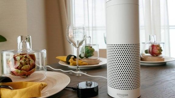 Ein Smart Speaker auf einem Tisch