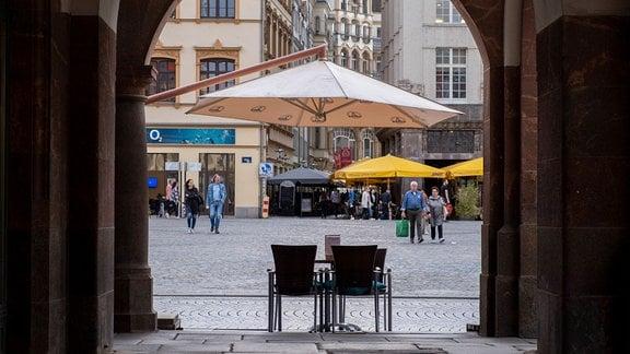 Ein leerer Tisch vor einem Café am Alten Rathaus in Leipzig.