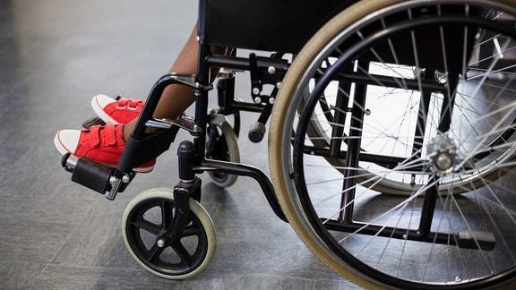 Ein Junge in einem Rollstuhl