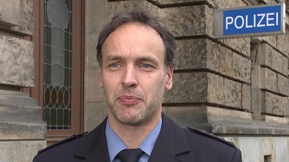 Polizeisprecher Dresden, vor Polizeipräsidium