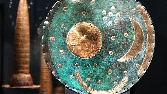 Die Himmelsscheibe von Nebra steht in einer Glasvitrine