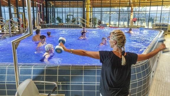 Menschen bei der Aquagymnastik im Gesundheitsbad in Bad Schlema