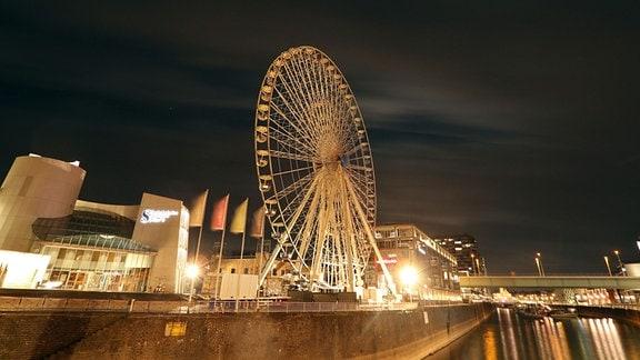 Riesenrad auf Rheinpromenade in Köln