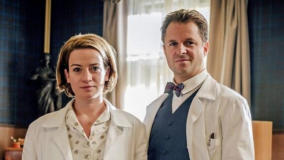 Nina Gummich und Philipp Hochmair in der Serie Charité