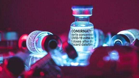 Ampullen mit Impfstoff von BioNTech
