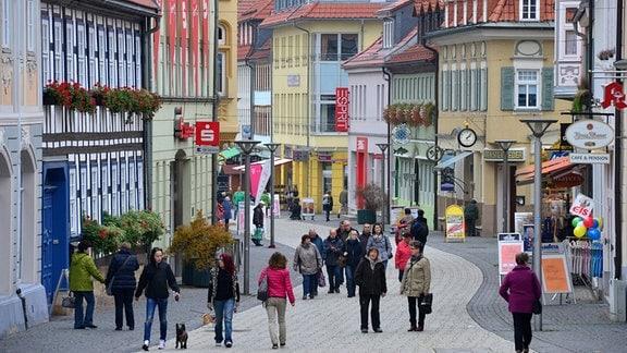 Passanten laufen durch die Innenstadt in Suhl.