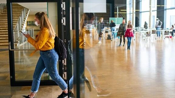 Nach einer langen Pause kehren die Schüler der letzten Klasse aufgrund der Corona-Virus-Krankheit COVID-19 wieder zum Gymnasium zurück