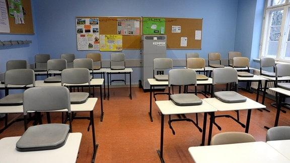 Luftreinigungsfilter in einem leeren Klassenzimmer