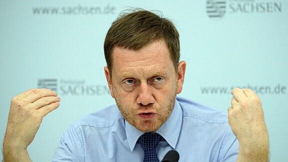 Michael Kretschmer (CDU), Ministerpräsident von Sachsen, spricht während der Kabinetts-Pressekonferenz im Innenministerium.