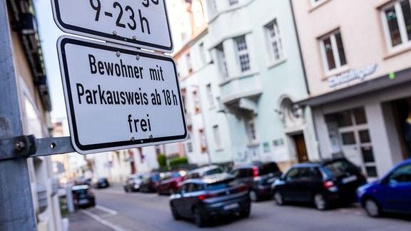 Ein Schild mit der Aufschrift «Bewohner mit Parkausweis frei» kennzeichnet eine Zone mit Anwohnerparkberechtigungen in der Innenstadt.