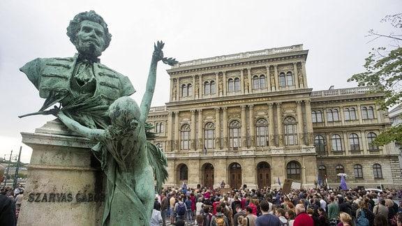 Kundgebung vor der Ungarischen Akademie der Wissenschaften gegen den Entzug der Budgetautonomie, 2018