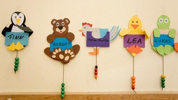 Bunte Tier-Kleiderhaken in einem Kindergarten