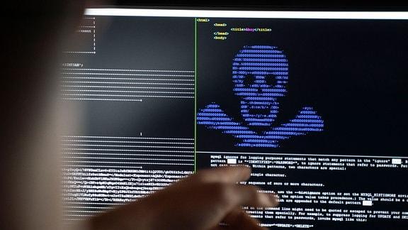 """IT Security Wissenschaftler trainieren im Raum """"Cyber Range"""" im neuen Cybersicherheitszentrum """"Athene"""", wie eingeschleuste Erpresser-Programme (""""Ransomware"""") unschädlich gemacht werden können."""