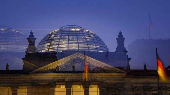 Nachtaufnahme des Deutschen Bundestages (Aufnahme mit langer Verschlusszeit und bewegter Kamera).