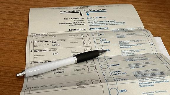 EIn Wahlzettel liegt auf einem Tisch.