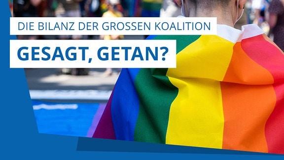 """Eine Person hat sich die Regenbogenflagge umgeworfen und läuft über einen belebten Platz. Darüber steht der Schriftzug: """"Gesagt, getan? Die Bilanz der Großen Koalition."""""""