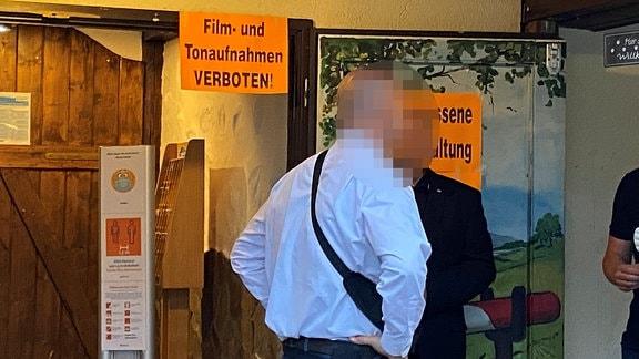 Saal mit geschlossener Tür und Hinweis auf Verbot von Film- und Tonaufnahmen
