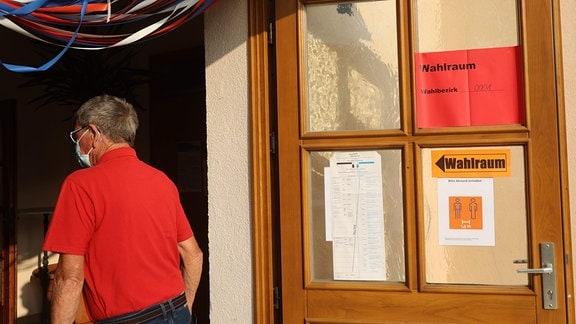 Mann betritt Wahllokal