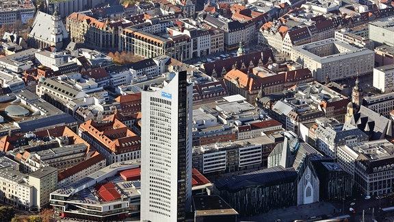 """Der ehemalige Uni-Riese (heute """"City-Hochhaus"""", vorn), das Paulinum der Universität Leipzig (r), dahinter Nikolaikirche, Altes Rathaus und die Thomaskirche (l) in Leipzig (Sachsen)."""