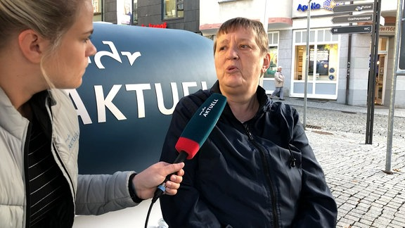 "Eine Frau nah mit Mikrofon ""MDR Aktuell"""