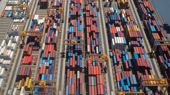 Container gestapelt im Containerhafen,von Tokio