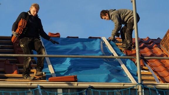 Dachdeckerarbeiten an einem Mehrfamilienhaus