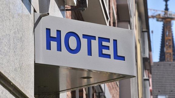 Hotel-Schild an einer Hauswand