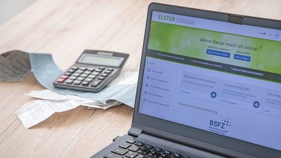 Auf einem Laptop ist am 08.03.2021 in Wittenberge die Startseite der Steuersoftware ELSTER geoeffnet (gestellte Szene).