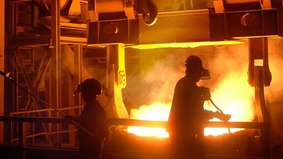 Stahl fließt 2005 beim Abstich in der Boschgotthardshütte Edelstahl Freital GmbH.