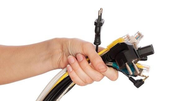 Eine Handvoll Kabel.