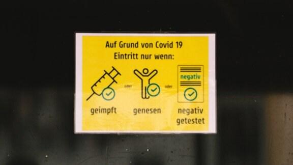 Hinweisschild zur 3G-Regel an einer Scheibe