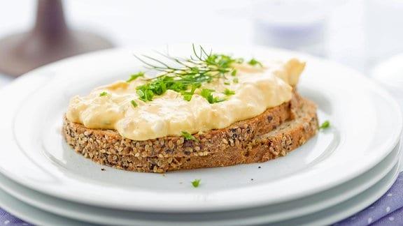 Eiersalat auf einer Scheibe Brot