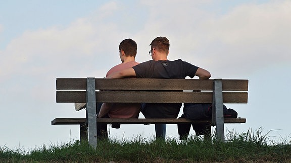 Zwei Männer auf einer Parkbank
