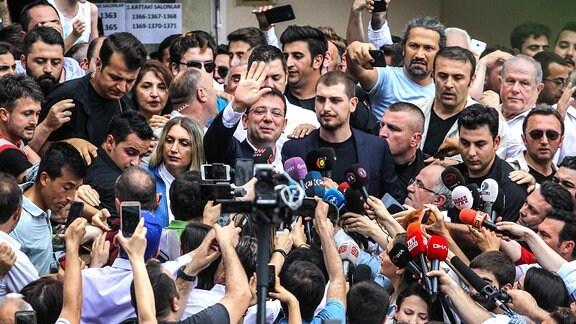 Ekrem Imamoglu in einer Menschenmenge