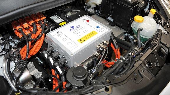 Blick in den Motorraum eines Elektro-Kleinwagens.