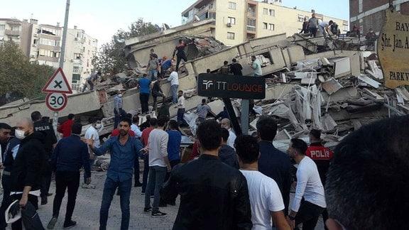 Eingestürtzte Häuser in Izmir. Menschen suchen nach möglichen Verschütteten.