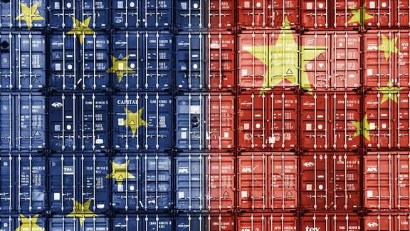 Gestapelte Container in den Nationalfarben der EU und der Volksrepublik China
