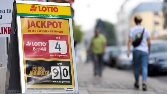 Eurojackpot-Aufsteller in einer Straße in Dresden
