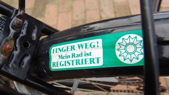 FINGER WEG! Aufkleber auf dem Schutzblech soll Fahrraddiebe abschrecken.