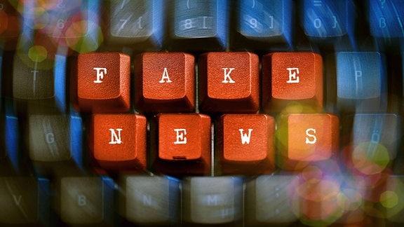 Schriftzug Fake News auf einer Computertastatur